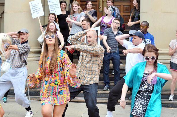 Alex Jones: La contre-attaque anti-raciste des English Disco Lovers (EDL)