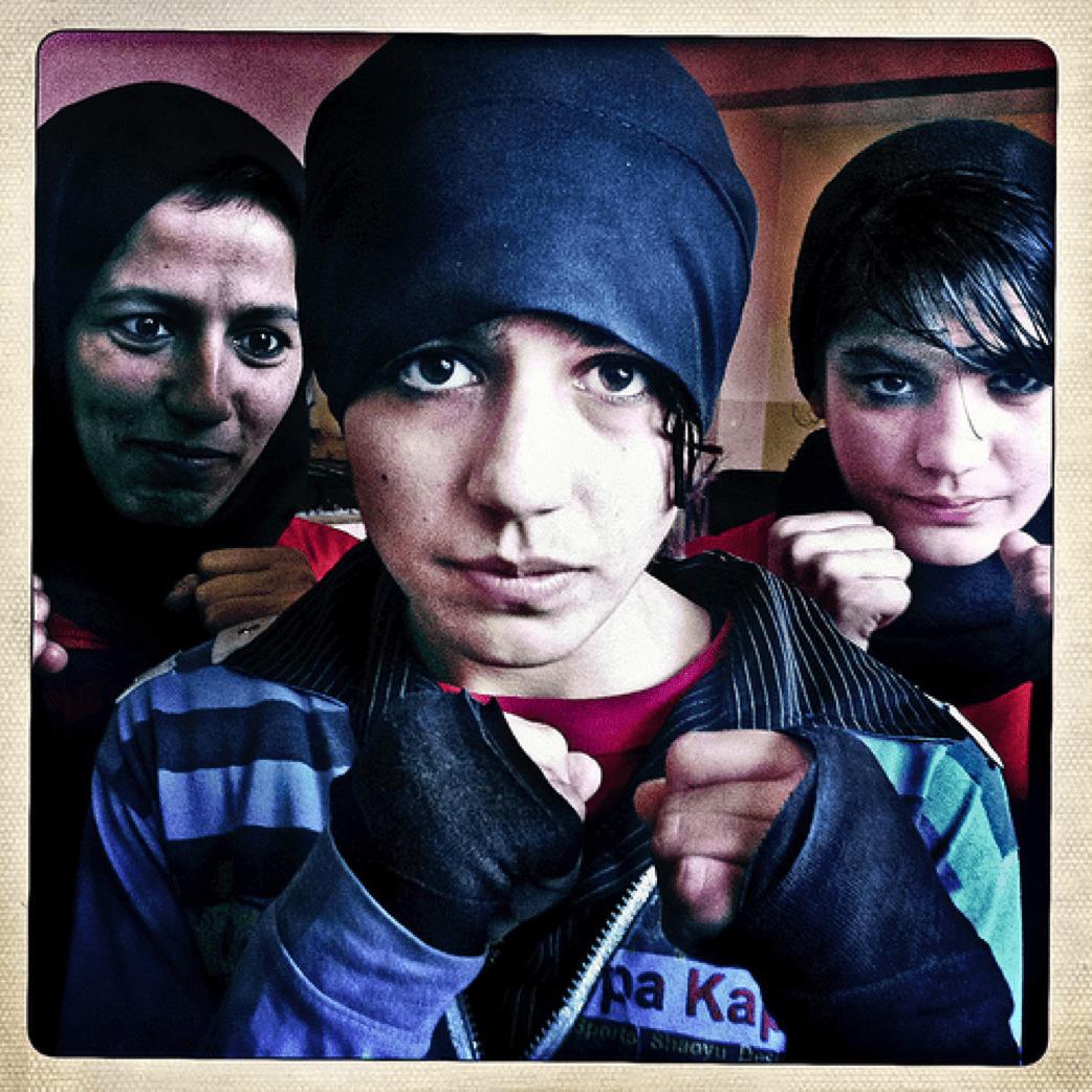 La boxeuse Sadaf Rahimi, entourée de ses soeurs Shabnum et Sadaf à Kabul en 2011 - Flickr