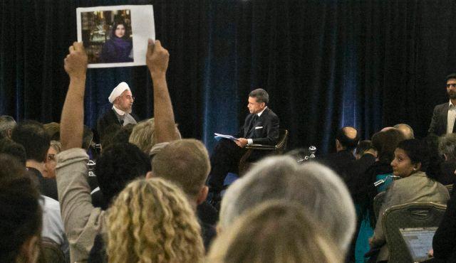 New York, le 24 septembre - Le portrait de Ghoncheh est brandi devant le Président Hassan Rohani lors d'une conférence.