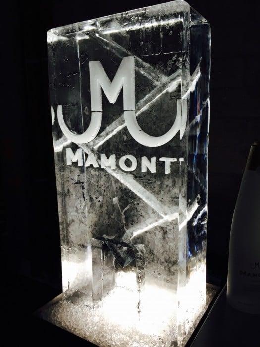Un bloc de glace taillé à l'effigie de la marque de vodka russe Mamont, qui sert aussi à servir des cocktails.