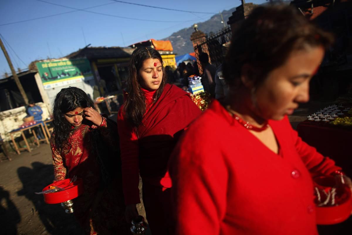 Des fidèles effectuent un rituel au cours du premier jour Swasthani Festival Brata Katha (AP Photo / Niranjan Shrestha)