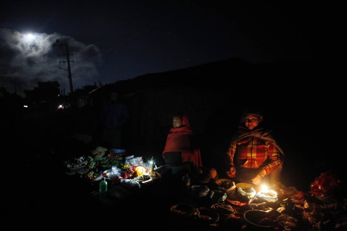 Des vendeurs népalais en bordure de route attendant de futurs clients pour leur vendre les différents produits utilisés pour les rituels (AP Photo / Niranjan Shrestha)