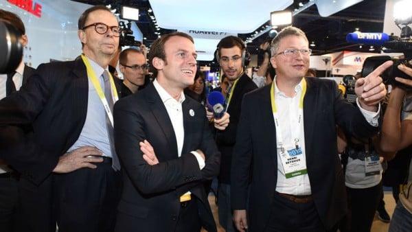 Emmanuel Macron au centre, accompagné par Louis Schweitzer à sa droite et Henri Seydoux à sa gauche, P-DG de Parrot. Crédits photo: Robyn Beck/AFP