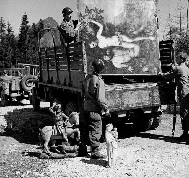 1945, Allemagne, Schönau am Königssee, Des soldats US chargent dans un camion des oeuvres d'art volées de la collection de Hermann Goering © Flickr