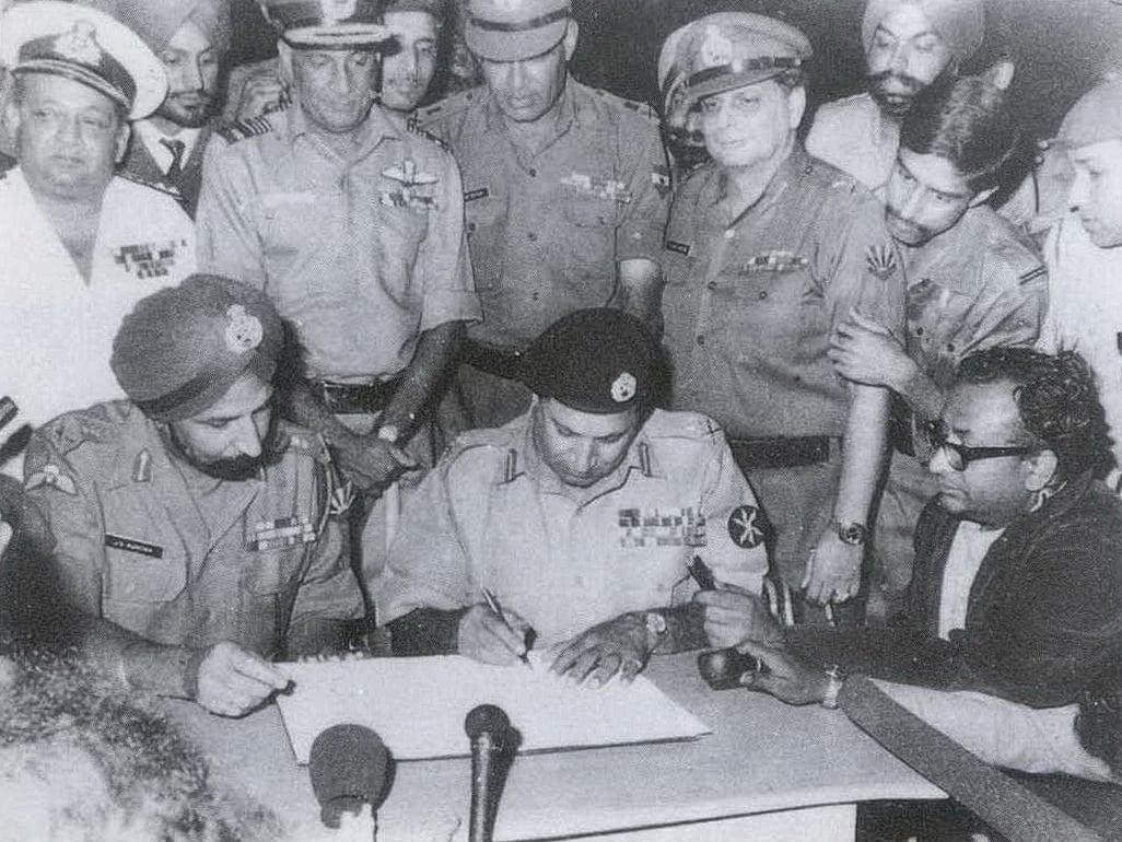 © Wikipedia-Bangladesh Liberation War Lettre de capitulation du commandant des forces armées pakistanaises Lt. Gen. A.A.K Niazii signée le 16 décembre1971