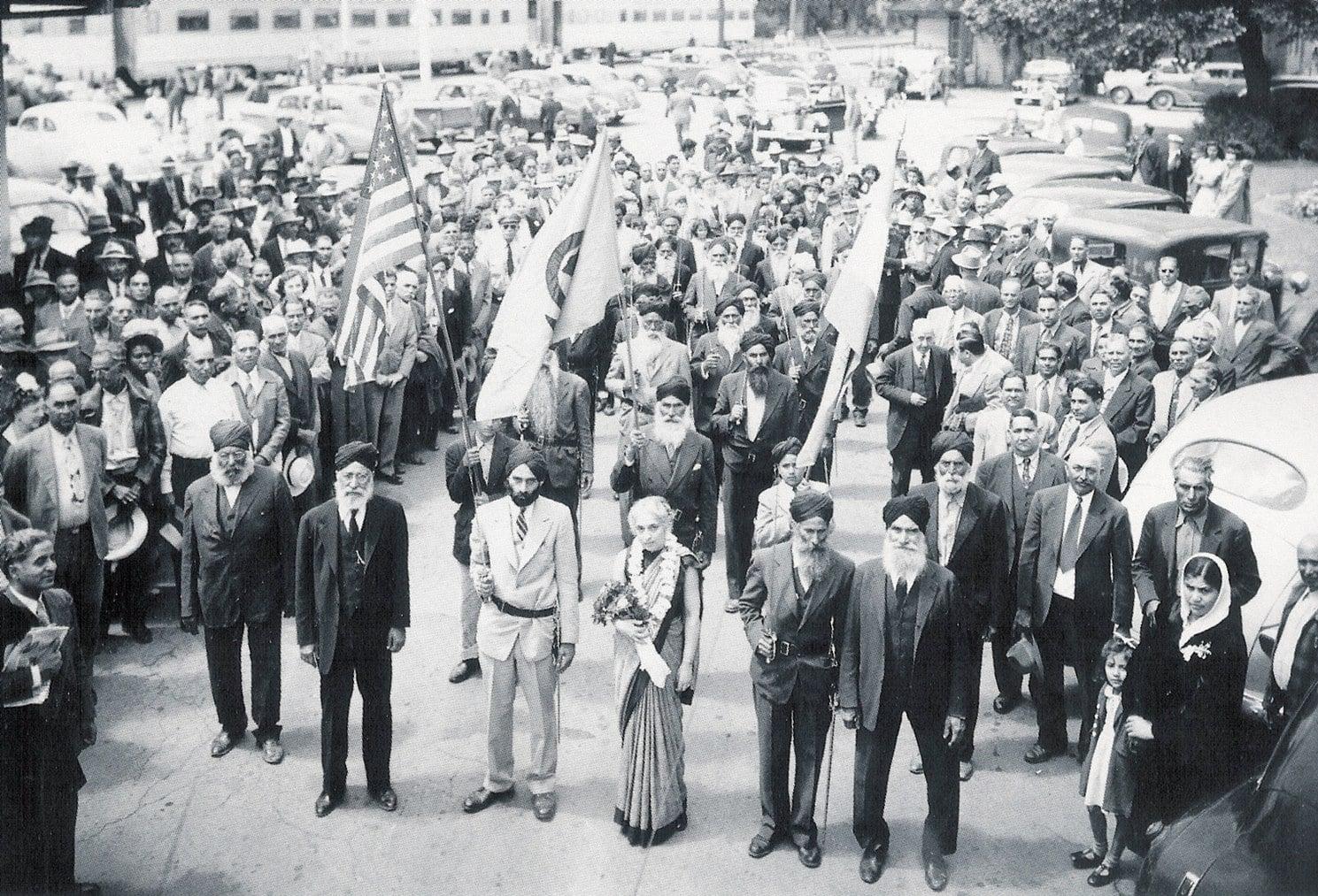 Des Sikhs américains participant à une parade à Stockton, Californie, le 11 mai 1945.