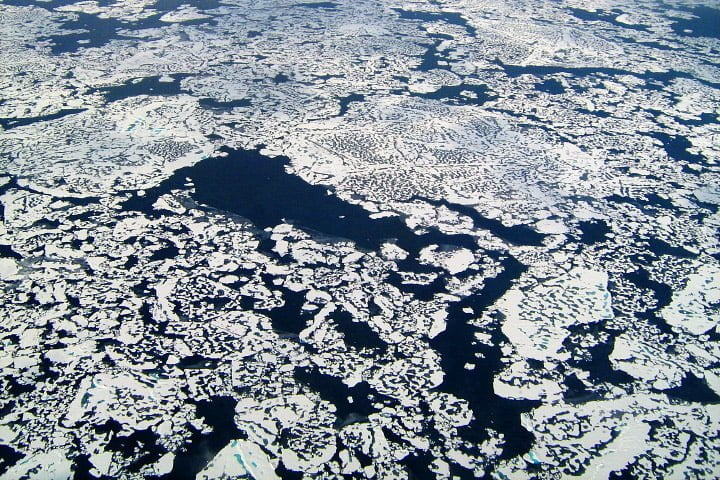 Du méthane s'échappant de la glace de l'Océan Arctique au nord de l'Alaska  © Nasa
