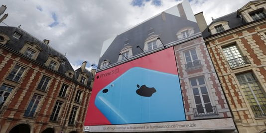 4415575_3_e173_la-bache-publicitaire-pour-apple-sur-la_8e6f7e4ba2075121a0d3db094897bb0d