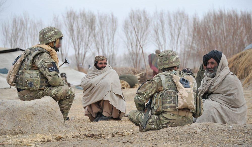 A gauche de l'image, un interprète afghan traduit l'échange entre les soldats britanniques et les deux hommes - © Flickr