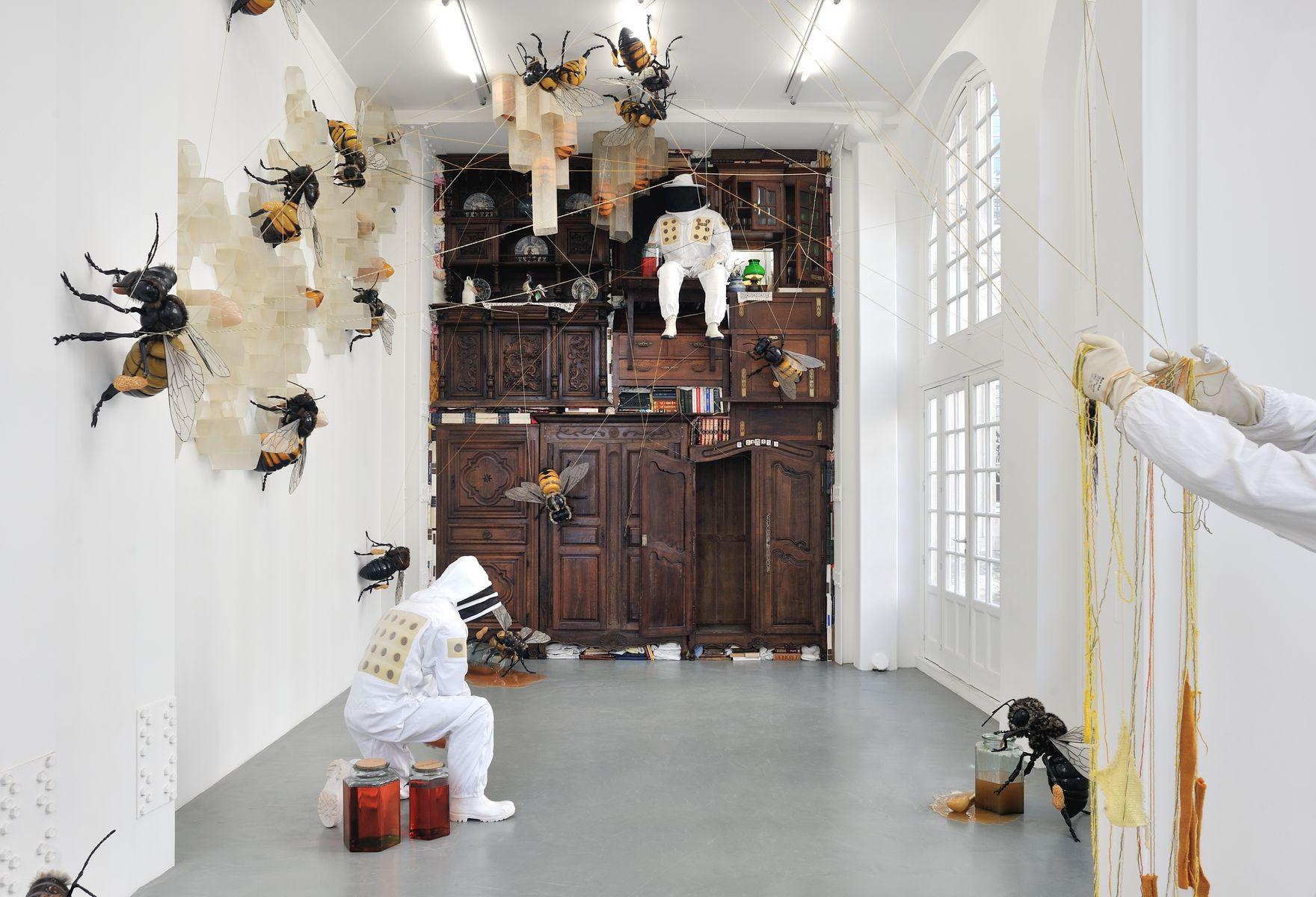 Jean-François Fourtou installe sa ruche-cabane dans une galerie du Marais