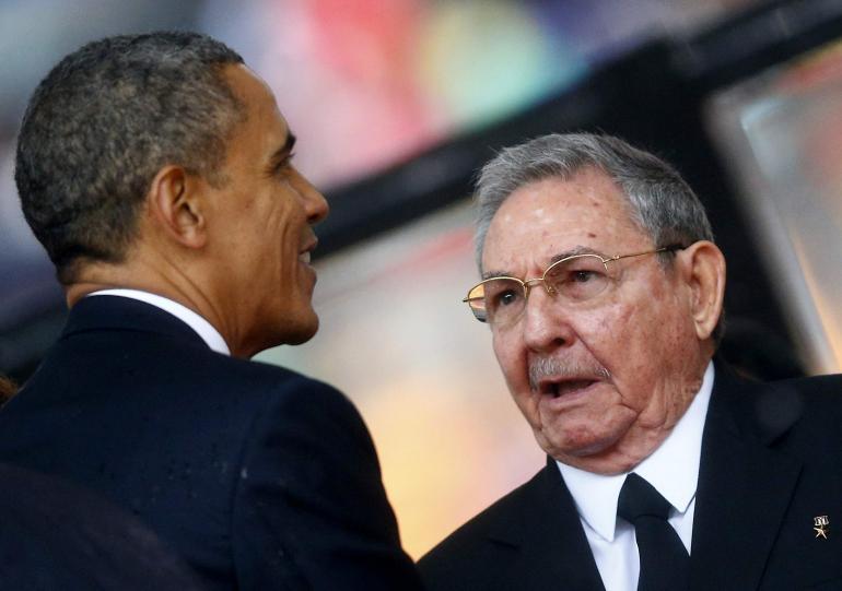 La poignée de main des présidents américain et cubain à Johannesburg - © Reuters