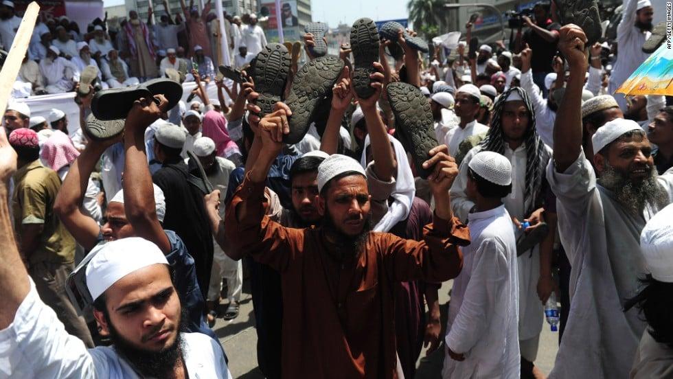© Google images - militants islamistes manifestant leur colère à l'encontre de blogueurs jugés trop critiques à l'égard de l'Islam (Dhaka, 2013)