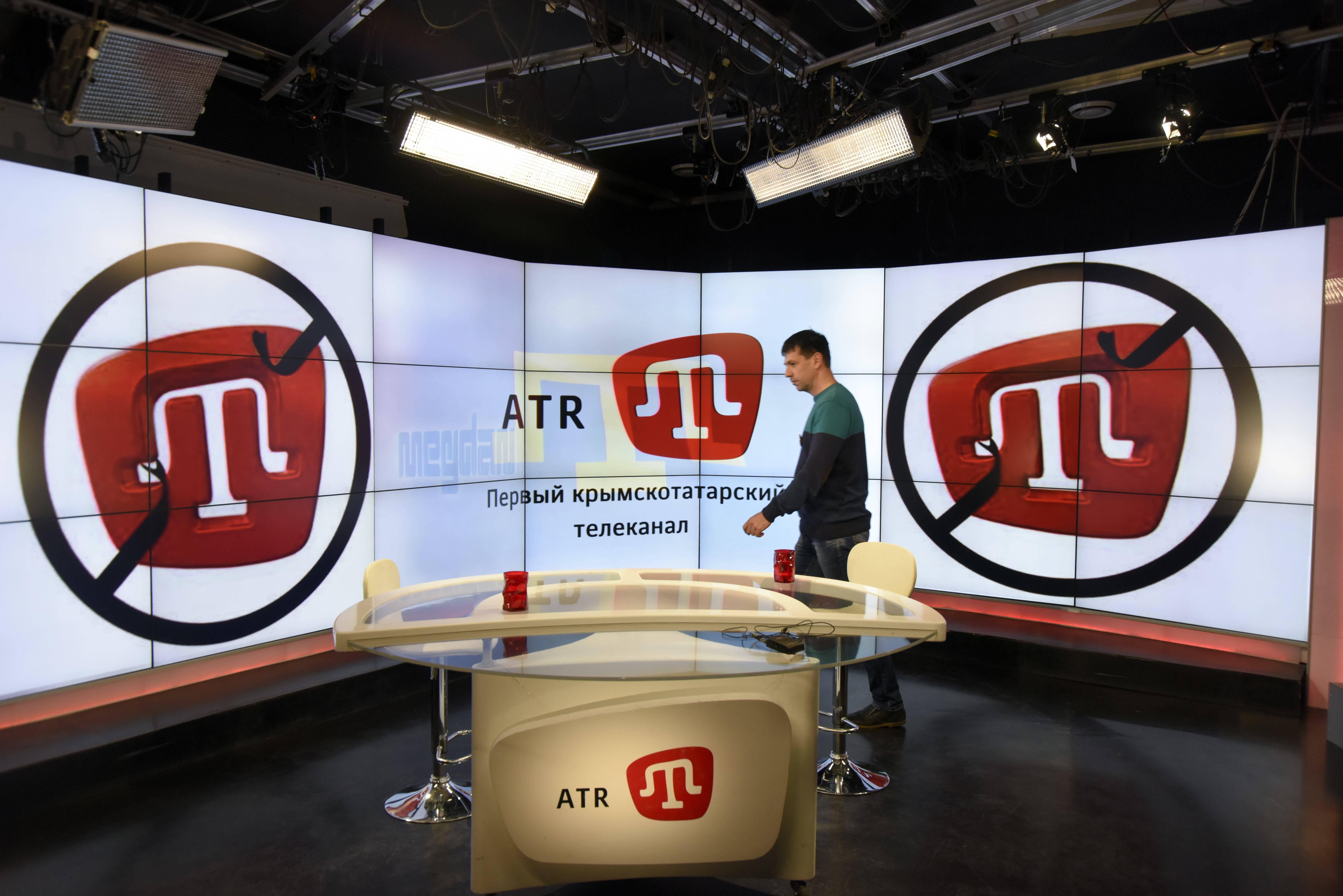 La chaîne ATR TV, la première à être consacrée aux Tatars de Crimée, a dû fermer le 1er avril, les autorités russes ayant refusé de renouveler ses droits d'antenne. (© AP Images)