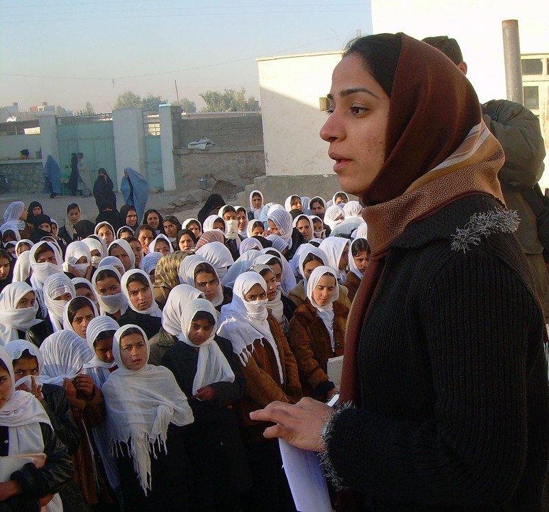 © Google images/ Wikipedia - Malalai Joya (activiste afghane) rendant visite à des écolières dans la province de Farah (en 2007)