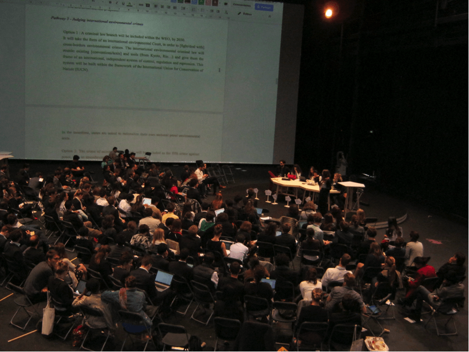 Dans la salle transformable, les délégués réunis en plénière n'ont plus que quelques heures pour arracher un accord sur le climat - © Laurent Lefèvre.