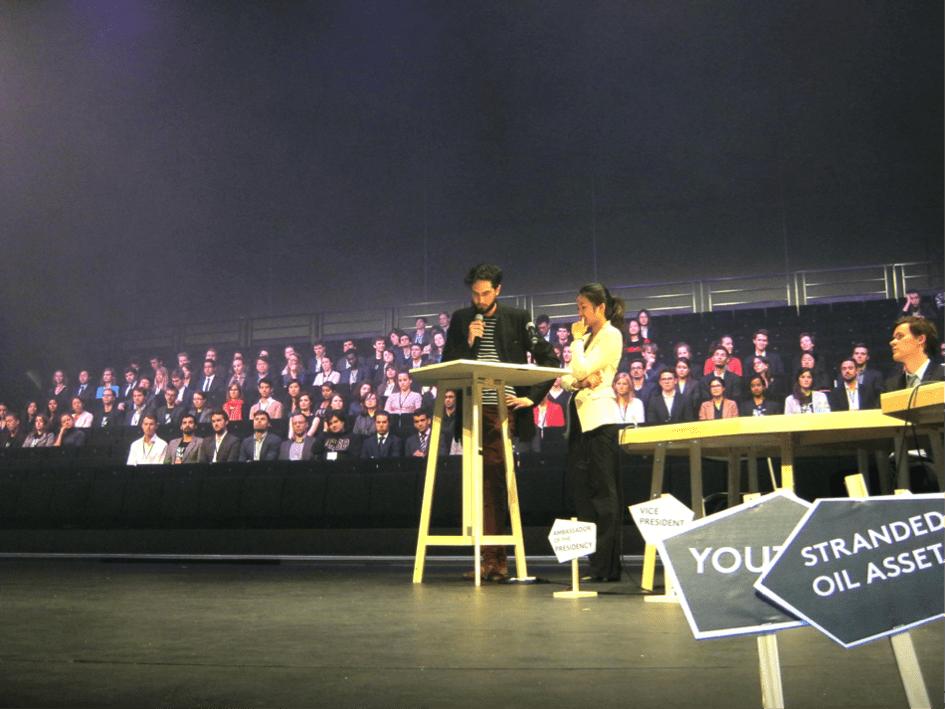 La cérémonie de clôture de Make it Work : les délégués assis s'apprêtent à venir signer l'accord - © Laurent Lefèvre.